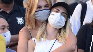 Kaia Gerber és Cara Delevigne elég szorosan összeölelkezve tüntettek