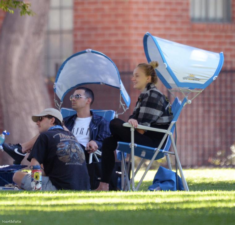 A minap például piknikezett egyet az urával és közös barátaikkal a Los Angeles Parkban.