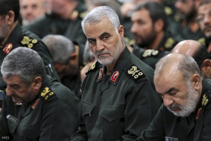 A 2016. szeptember 18-án készült és a legfőbb iráni vezető hivatala által 2020. július 20-án közreadott képen Kászim Szolejmáni iráni katonatiszt az iráni Forradalmi Gárda al-Kudsz elitegységének parancsnoka (k) ülésen vesz részt Teheránban. 2020. július 20-án az iráni állami televízióban bejelentették hogy kivégezték Mahmúd Muszávi-Madzsd iráni állampolgárt aki információkkal látta el az amerikai Központi Hírszerzõ Ügynökséget (CIA) és a Moszad izraeli hírszerzést Szulejmáni hollétérõl.