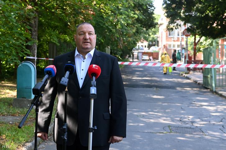 Németh Szilárd, a Honvédelmi Minisztérium parlamenti államtitkára sajtótájékoztatót tart a főváros által fenntartott XVII. kerületi Pesti úti idősotthon előtt 2020. július 20-án