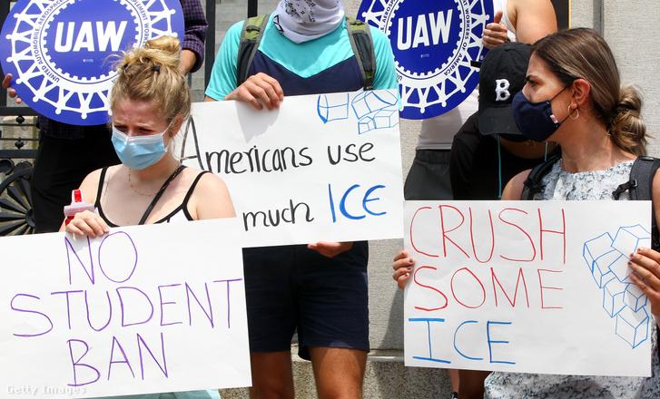 Nemzetközi hallgatók a vízumszabályok ellen tiltakoznak 2020. július 13-án Bostonban.