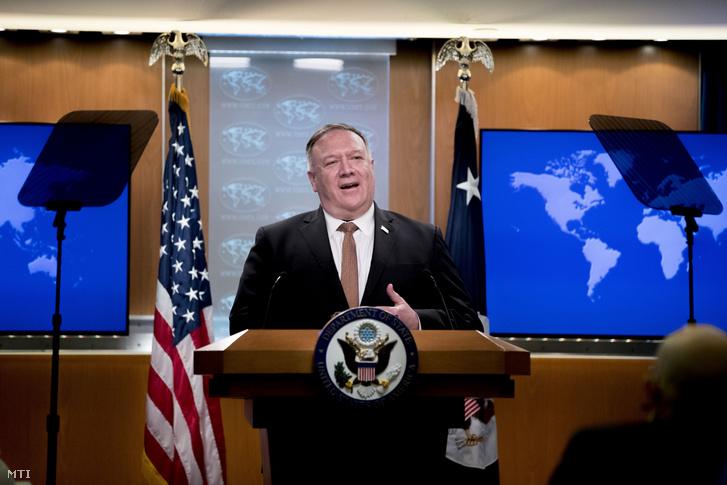 Mike Pompeo amerikai külügyminiszter sajtótájékoztatót tart Washingtonban 2020. július 15-én. Pompeo a Huawei kínai távközlési vállalat büntetőintézkedésekkel sújtott munkatársait ipari kémkedéssel vádolta meg és vízumkorlátozásokat jelentett be velük szemben valamint ígéretet tett arra is hogy az amerikai kormányzat várhatóan új szankciókat hoz.