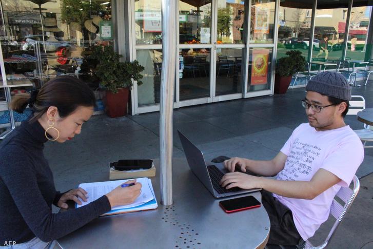 A Stanford Egyetem külföldi hallgatói a kaliforniai Palo Alto városban 2020. március 12-én.
