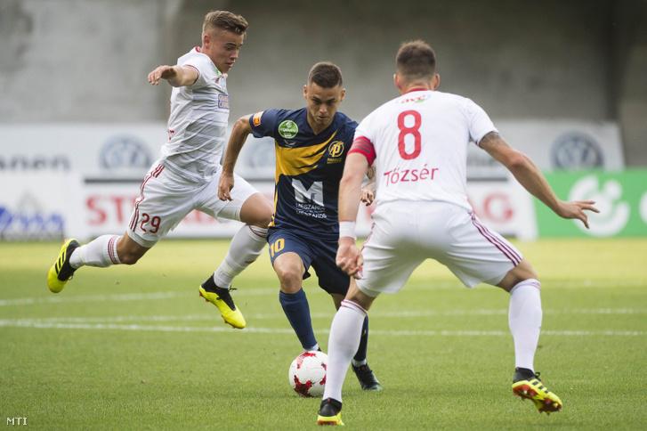 A felcsúti Radó András (k) valamint a debreceni Tõzsér Dániel (j) és Kusnyír Erik (b) a labdarúgó OTP Bank Liga 1. fordulójában játszott Puskás Akadémia FC - Debreceni VSC mérkõzésen a felcsúti Pancho Arénában 2018. július 21-én.