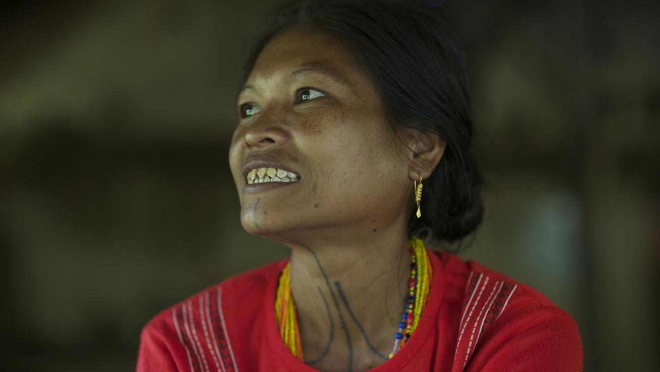 Tányérok a szájban, iszap a hajban - Egész életre is megnyomoríthatják a lányokat a bizarr szépségrituálék