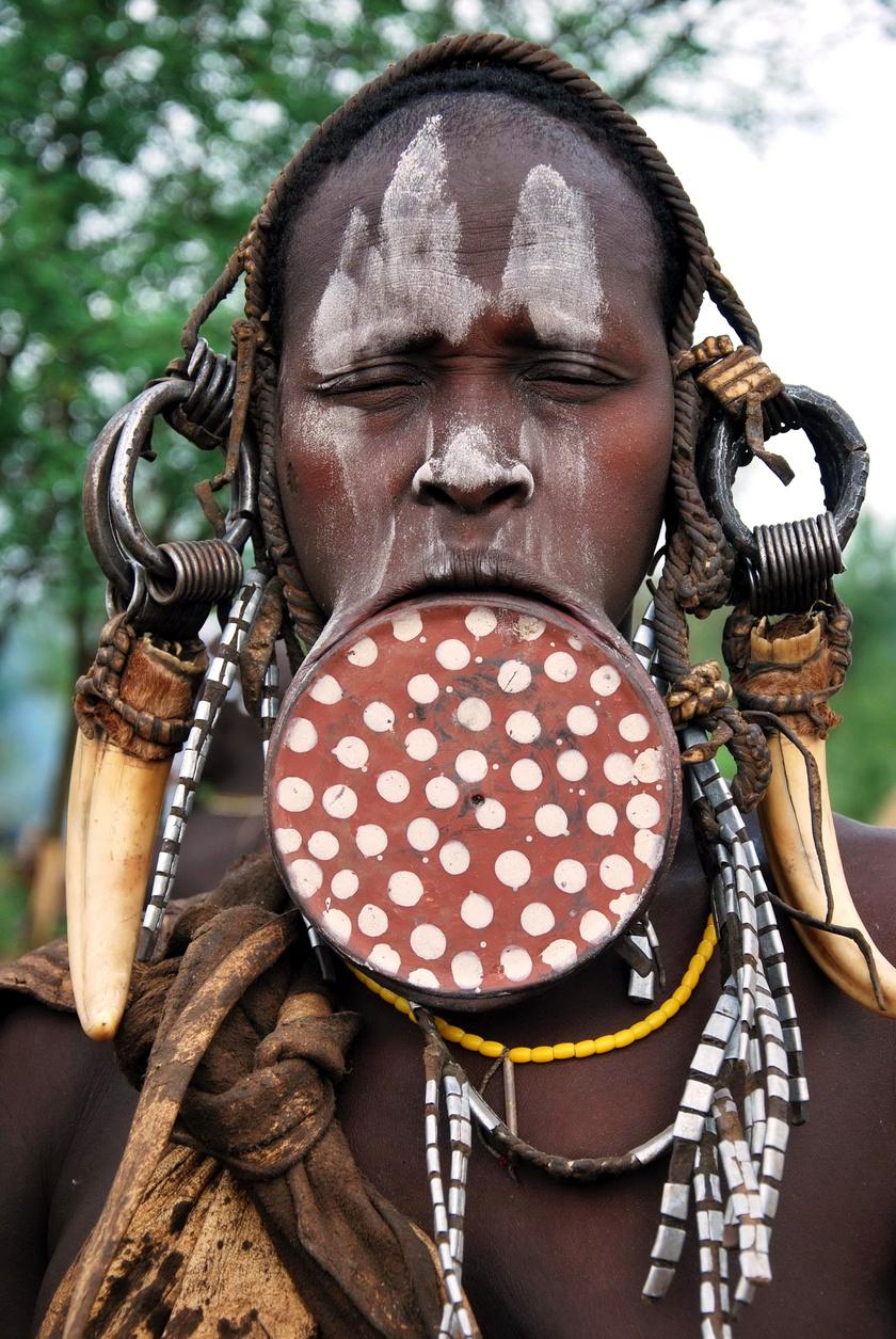 Főként Etiópiában, a mursi és surma törzseknél él az a több évszázados hagyomány, hogy a fiatal lányoknak kör alakú agyagdarabot helyeznek be a szájába, majd ennek fokozatos növelésével tágítják az ajkakat. A szépség és a nőiesség szimbólumának tartják, de enni és inni alig tudnak tőle.