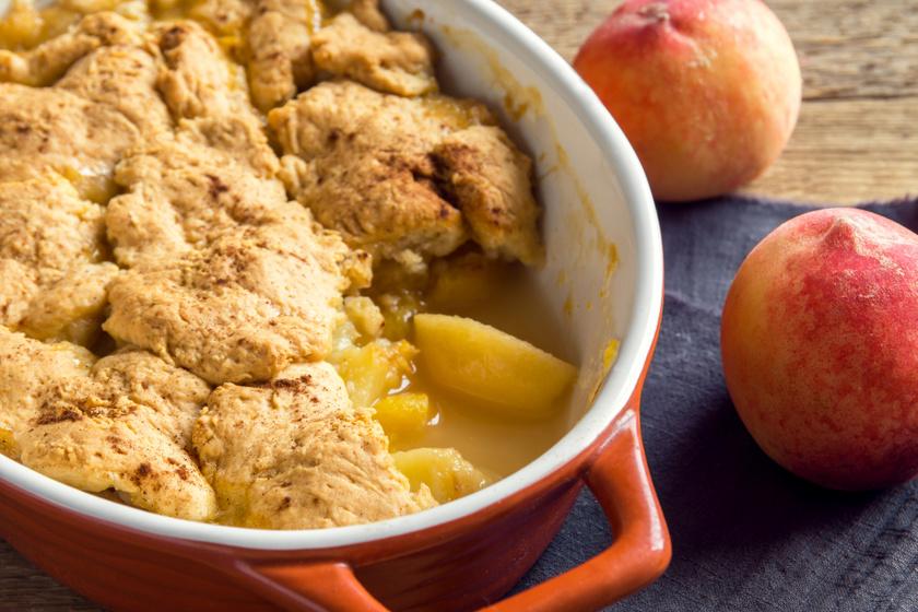 Ellenállhatatlan, tepsis barackos süti: az omlós cobbler egyszerű receptje