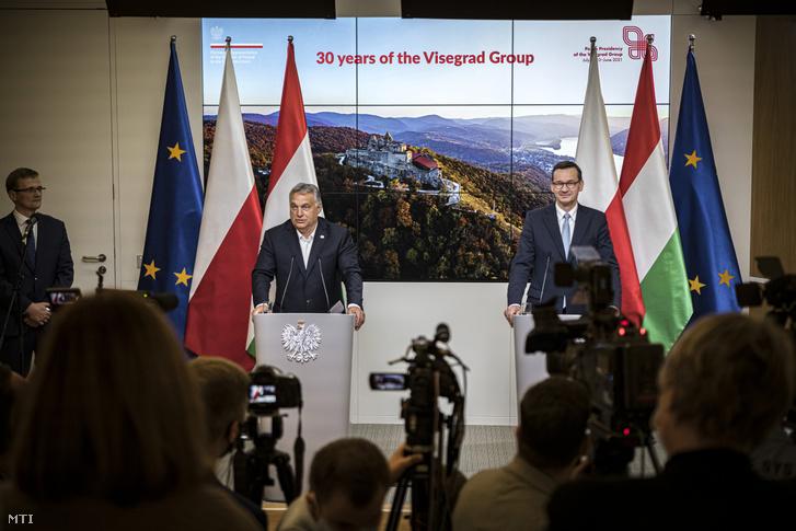Orbán Viktor és Mateusz Morawiecki sajtótájékoztatót tart az Európai Unió brüsszeli csúcstalálkozója után 2020. július 21-én.