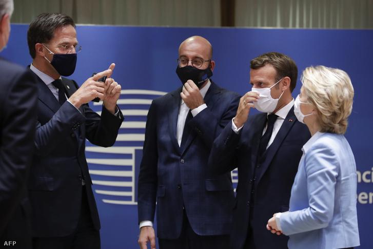 Mark Rutte, Charles Michel, Emmanuel Macron és Ursula von der Leyen az Európai Unió brüsszeli csúcstalálkozóján 2020. július 21-én.