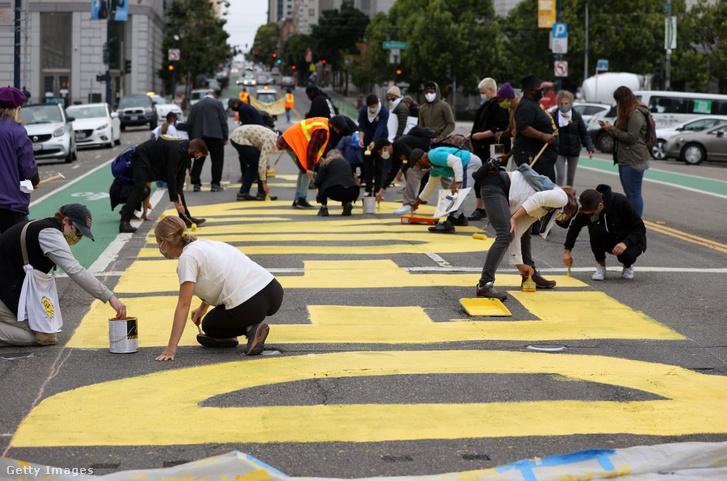 """San Franciscó-i tüntetők """"Ne pénzeljék a rendőrséget"""" feliratot festenek az aszfaltra"""