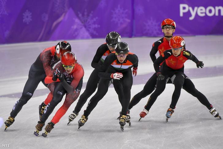 Liu Shaolin Sándor (elöl k) mögötte Liu Shaoang a férfi rövidpályás gyorskorcsolyázók 5000 méteres váltóversenyében a phjongcshangi téli olimpián a Kangnung Jégcsarnokban 2018. február 22-én