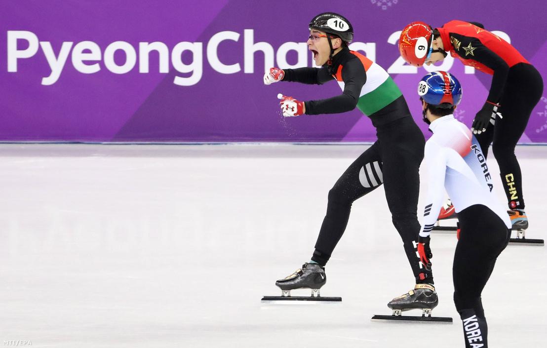 Liu Shaolin Sándor a magyar csapat utolsó tagjaként a kínai Han Tien-jüt (j) és a dél-koreai Kvak Jun Git (k) megelőzve elsőként ér célba az 5000 méteres váltóban