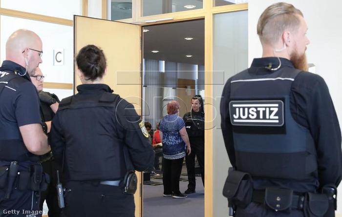 Rendőrök a magdeburgi tárgyalóterem előtt, ahol Stephan Balliet pere zajlik