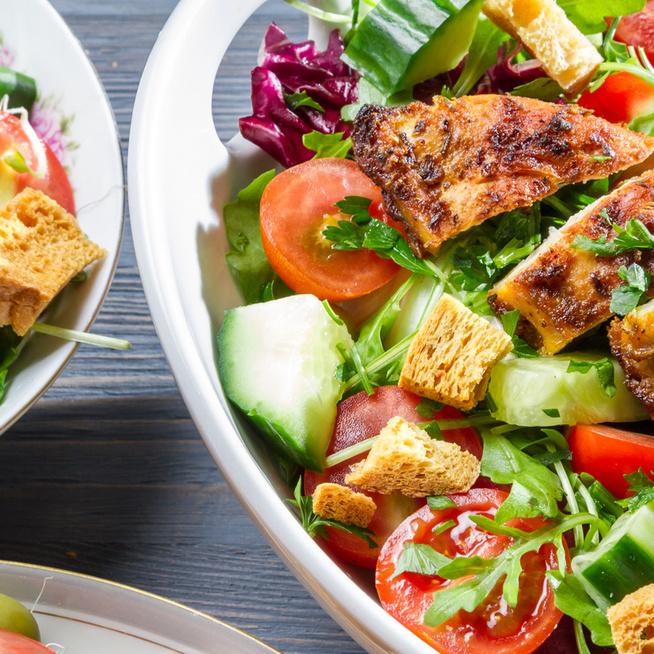 Laktató nyári saláta pirult csirkemellel és friss zöldségekkel – Egyszerűen összedobható finomság