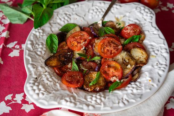 A marinált fokhagyma, az articsóka és a fekete olíva és egy kevés kecskesajt is nagyon jól illik mellé.