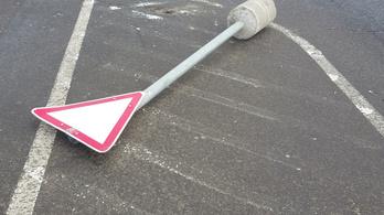 A lesből támadó közlekedési tábla esete