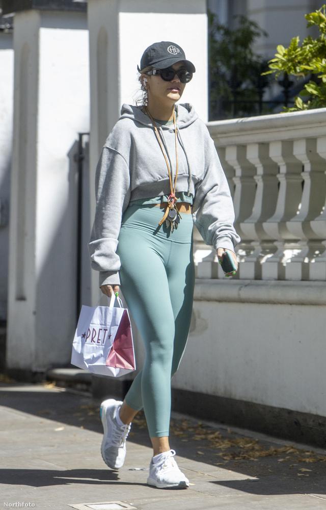 Rita Ora a múltkor kissé csípős szélben volt kénytelen megközelíteni a kocsiját, így rétegesebben öltözködve indult el otthonról.