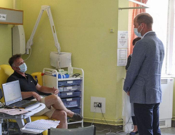 Vilmos herceg beszélget az Oxfordi Egyetem és az AstraZeneca gyógyszergyár közös vakcináját megkapó egyik önkéntessel