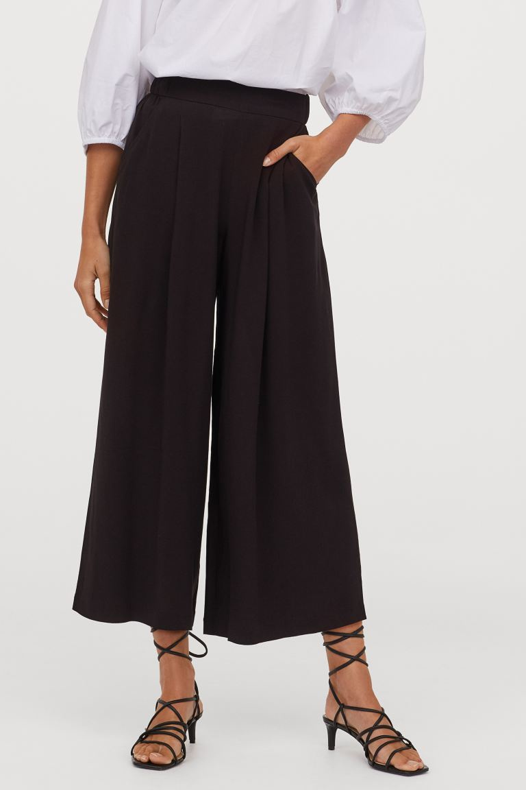 A H&M bővülő culotte nadrágja gyönyörűen karcsúsítja a derekat. Kényelmes és elegáns egyben, akár az irodában is viselheted. 4495 forintért vásárolhatod meg.