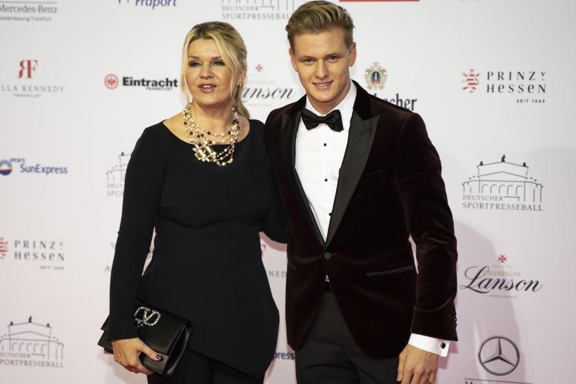 Mick Schumacher édesanyjával, Corinnával együtt látható ezen a felvételen. A 21 éves fiatal nagyon hasonlít édesapjára.