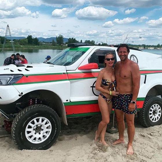 Július elején posztolta ezt a strandolós képet magukról. Bernadette alakja bikiniben is tökéletes volt.