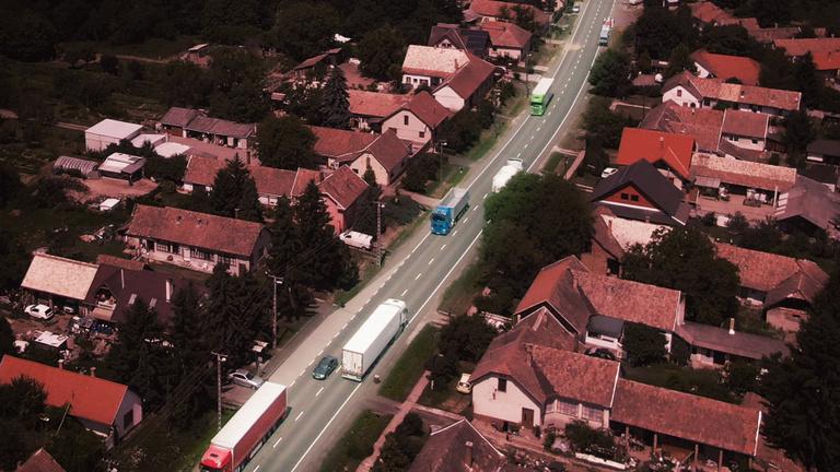 A falu, amit dübörgő kamionok vágnak ketté