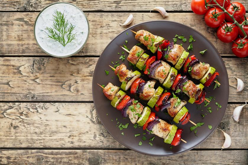 A grillpartikon biztos sikerre számíthatsz a csirkenyárssal. Főleg, ha különféle zöldségeket is tűzdelsz az ízes húsfalatok közé. Érdemes a hozzávalókat fűszerkeverékekkel megkenni. Elkészítheted görögösen, a souvlaki fokhagymával, oregánóval és olívaolajjal isteni.