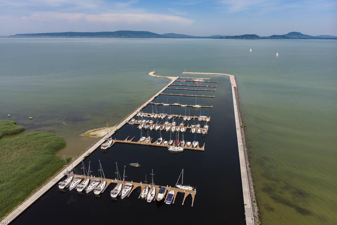 A balatonfenyvesi kikötő 2018 nyarán