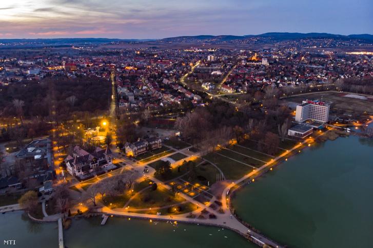 Keszthely látképe, a parton a Hullám, a Balaton és a Helikon szállóval 2020. február 15-én.