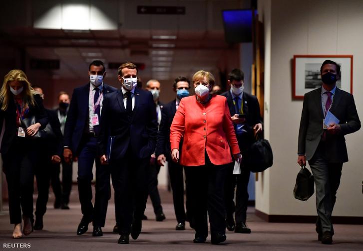 Angela Merkel és Emmanuel Macron érkezik a keddi sajtótájékoztatóra