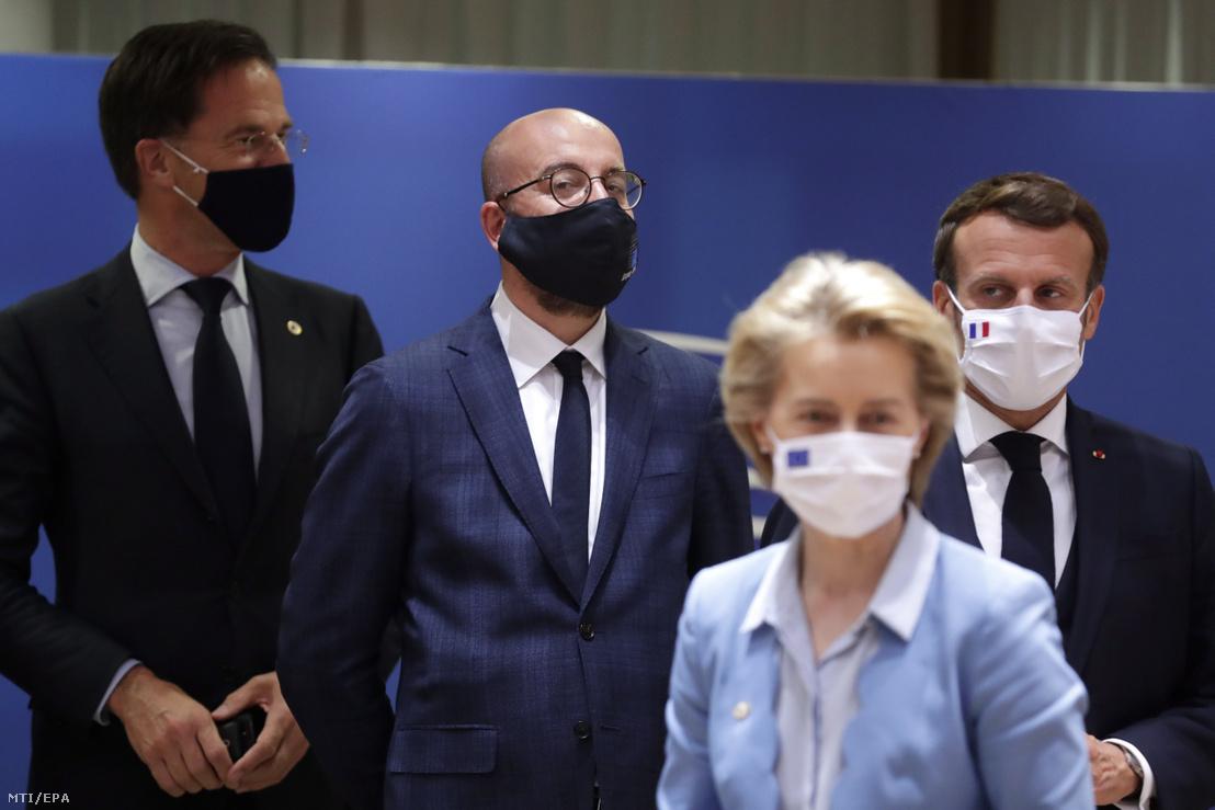 Mark Rutte holland miniszterelnök, Charles Michel az Európai Tanács elnöke, Emmanuel Macron francia elnök és Ursula von der Leyen az Európai Bizottság elnöke (b-j) az Európai Unió kétnaposra tervezett brüsszeli csúcstalálkozójának negyedik napján 2020. július 20-án