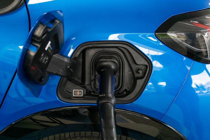 A töltőpont nem az orrban van, hanem ahol a benzinbetöltő lenne