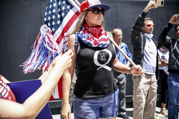 Egy San Diegó-i Qanon-hívő itt éppen a karanténintézkedések ellen tüntet