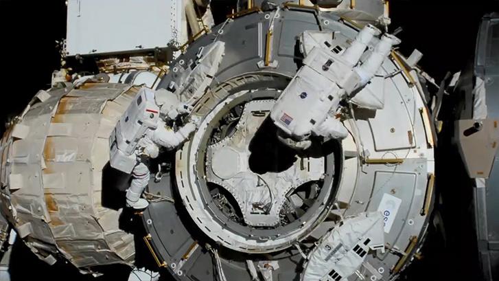 Bob Behnken és Chris Cassidy az ISS-t szerelik a tegnapi űrséta során