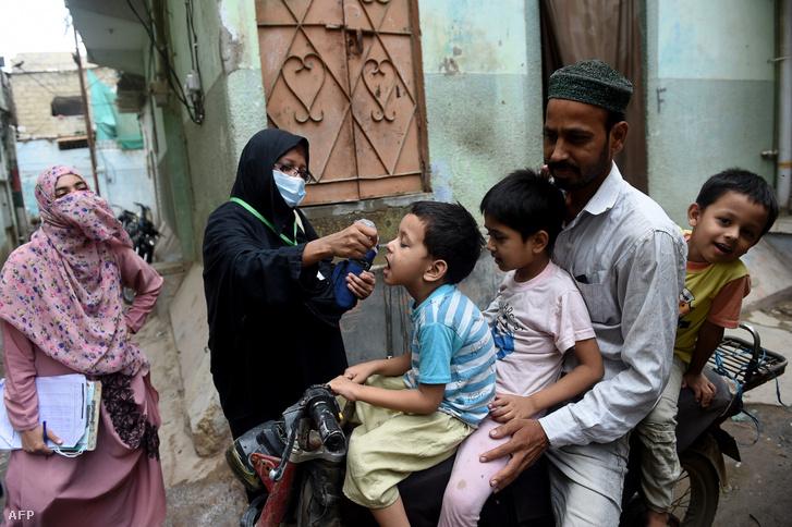 Pakisztáni gyerekeket oltanak be gyermekbénulás ellen Karacsiban