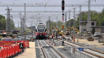 Túl szűkre sikerült a vasúti átjáró Pusztaszabolcson, ezért le kellett zárni