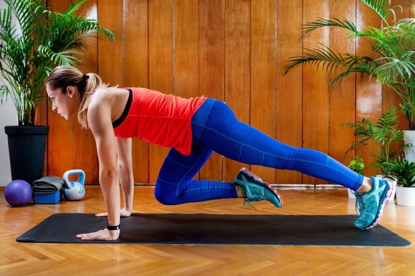 A váltott lábbal végzett hegymászóplank az úgynevezett core izmokat dolgoztatja meg. Ereszkedj le plank pozícióba, majd végezz dinamikus, váltott lábfelhúzásokat. Csináld 30 másodpercig, majd pihenj ugyanennyi ideig.