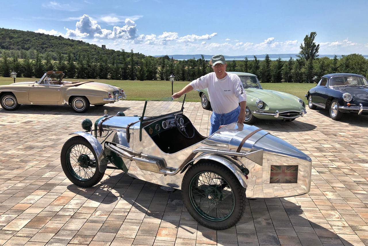 Zárásnak egy friss kép: Kaáli Nagy Géza átmozgatja kedvenc autóit. Az ezüstszínű versenyautó egy Austin 7 Ulster Special az 1930-as évekből. Az autót 800 óra munkával restaurálták a múzeum szakemberei, brit segítséggel