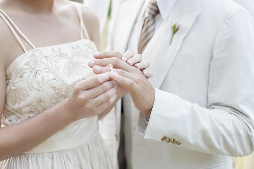 Köpködnek a menyasszonyra, máshol az egész násznép a földön fekszik - 8 bizarr esküvői szokás a világban