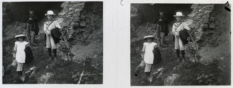 A fehér ruhás kislányt szülei túlbiztosították a káros UV-sugarak ellen széles karimájú kalapjával és napernyőjével, a fiúk viszont jól tették, hogy az oldalukra vettek egy-egy táskát, amibe a kicseiket gyűjtögethetik