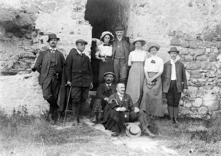 Ezen az 1912-ben készült képen egy ismerős alak is feltűnik Vajdahunyad várának falai előtt