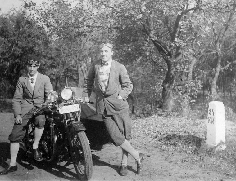Mások nem vacakoltak a kutyagolással, inkább motorkerékpárra ültek