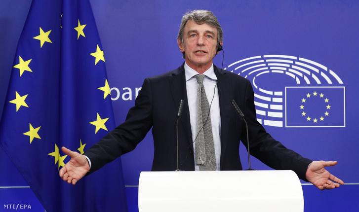 David Sassoli az Európai Parlament elnöke sajtótájékoztatót tart a koronavírus-válság miatti helyreállítási alap és a 2021-2027-es keretköltségvetés elfogadásáról az Európai Unió brüsszeli csúcstalálkozója után Brüsszelben 2020. július 22-én.
