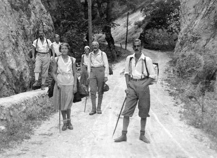 A 30-as években már akadtak, akik rájöttek, hogy a lakkcipőt érdemes otthon hagyni, ha túrázni indulnak