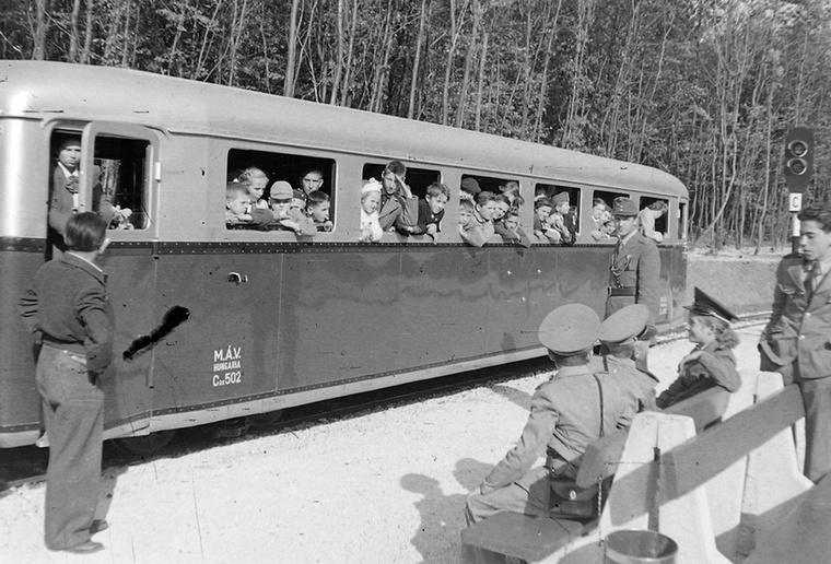 A Gyermekvasutat, vagy ahogy akkoriban hívták, az Úttörővasutat 1947-ben hozták létre azzal a szándékkal, hogy bevezessék a gyerekeket a vasút világába