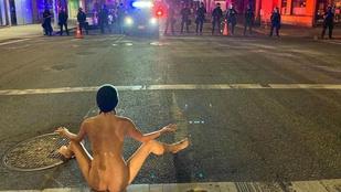 És akkor a tüntetés kellős közepén egy nő elkezdett meztelenül jógázni