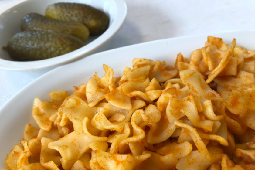 A legegyszerűbb és talán a legolcsóbb étel, amelyhez mindig van alapanyag a kamrában, krumpli, tészta és hagyma kell hozzá. A krumplis tészta nagyon laktató, szénhidrátban igencsak gazdag étel, amelyen egy kis savanyúsággal tudunk finomítani.