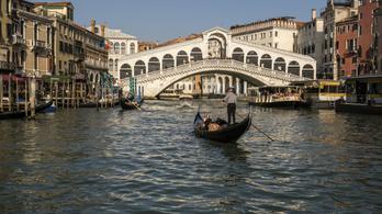 Meghíztak a turisták, Velencében csökkentik, egyszerre hány ember ülhet be egy gondolába