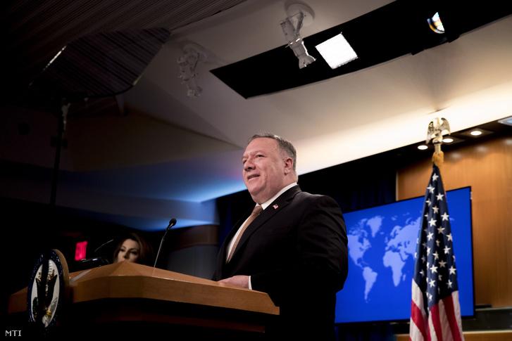 Mike Pompeo sajtótájékoztatója a washingtoni külügyminisztériumban 2020. július 15-én. A Huawei kínai távközlési vállalat büntetőintézkedésekkel sújtott munkatársait ipari kémkedéssel vádolta meg és vízumkorlátozásokat jelentett be velük szemben.
