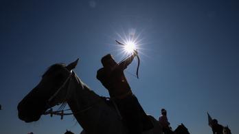 A bemutatón lőtt hasba egy nézőt a lovasíjász